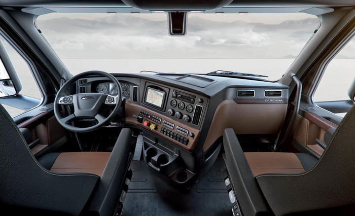 """Neues Interieur-Cockpitpaket """"Elite"""" des Fahrerhauses, gezeigt in sattelbraun und schwarz. , , New Cascadia Elite Interior Cockpit Package shown in Saddle Tan and Black."""
