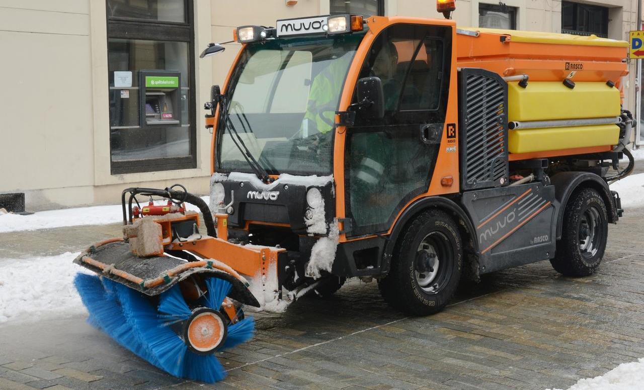 Cjelogodišnje održavanje malim komunalnim vozilima uz pomoć četke MKH