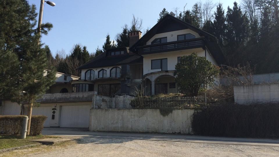 Danes objavljene dražbe: hiša v Vodicah, hotel v Bolgariji, smučišče Kanin, stanovanja, arhiv Ivana Zidarja...
