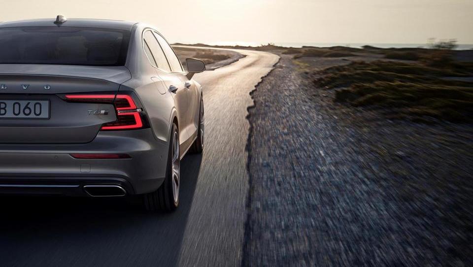Hitro rastoči Volvo v primežu povečanih vlaganj svari pred učinki carin