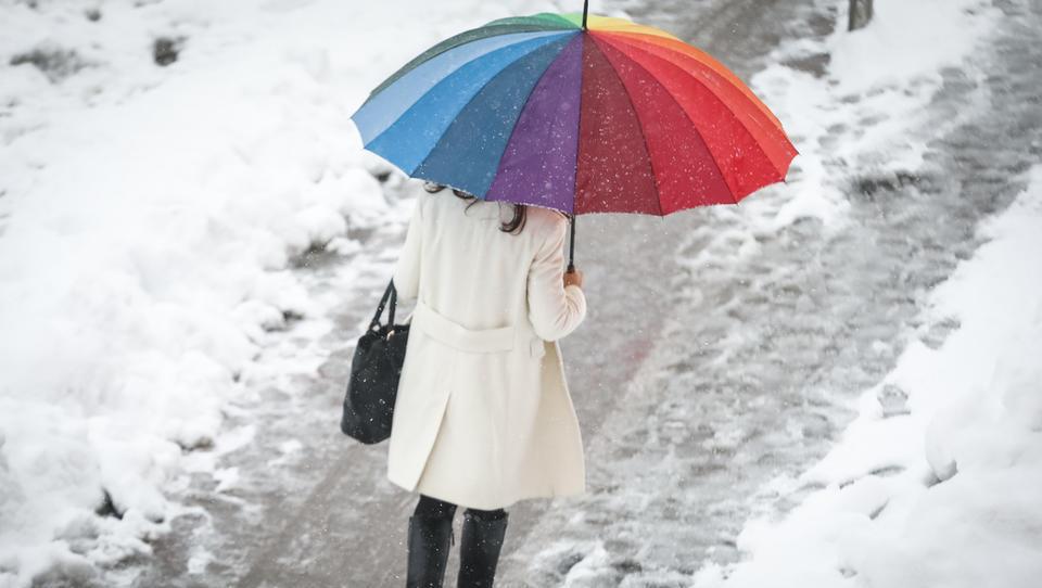 (foto) Nova pošiljka snega spet povzroča težave v prometu