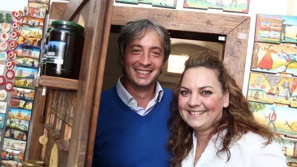 Italijan, ki turistom prodaja slovenske izdelke