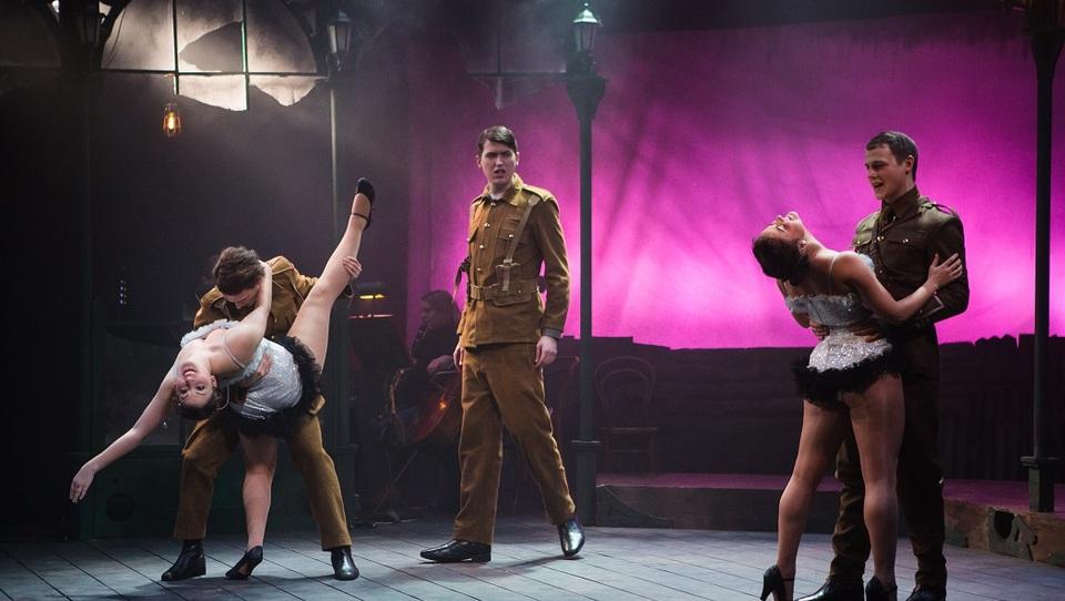 Ljubezen do muzikalov ga je popeljala na odre West Enda