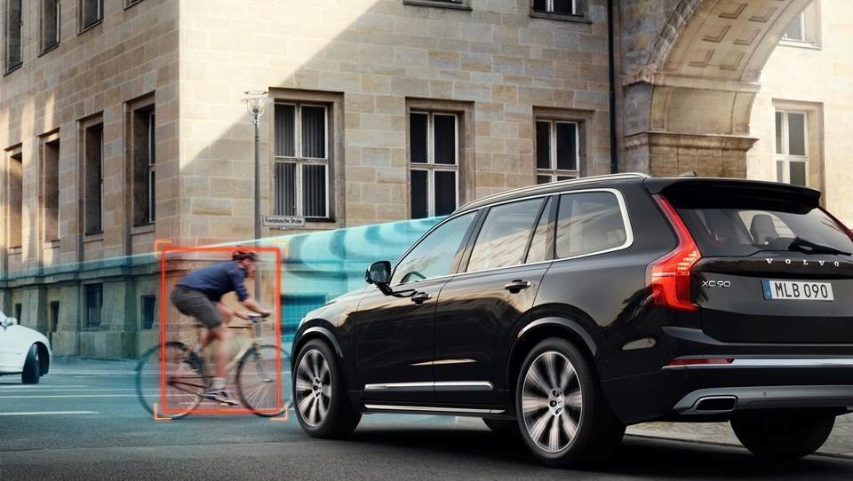 Volvo preizkuša, kaj se zgodi, ko kolesar trči v avto