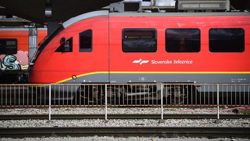 Vlaki zamujajo. Od Slovenskih železnic lahko zahtevate vračilo stroškov