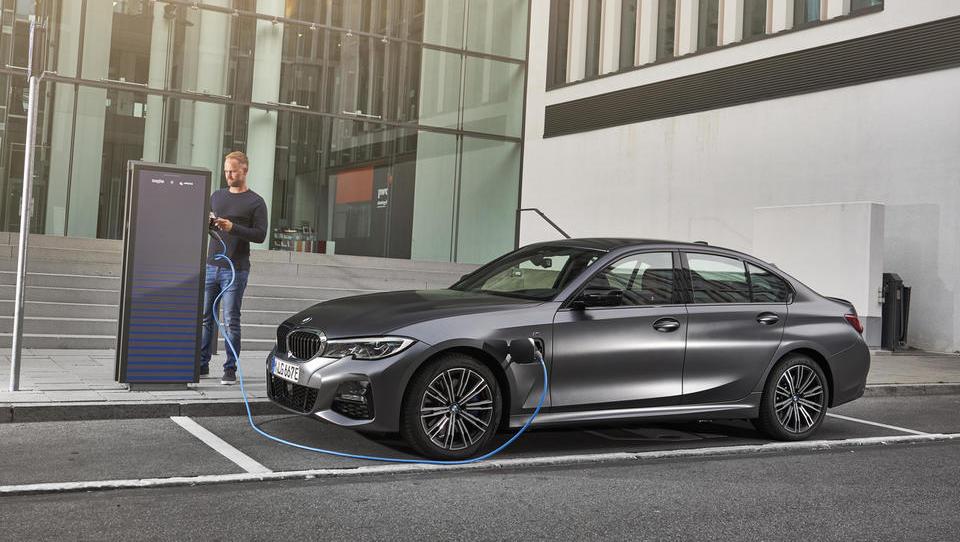 Vsevedni hibridni BMW z dvema osebnostma