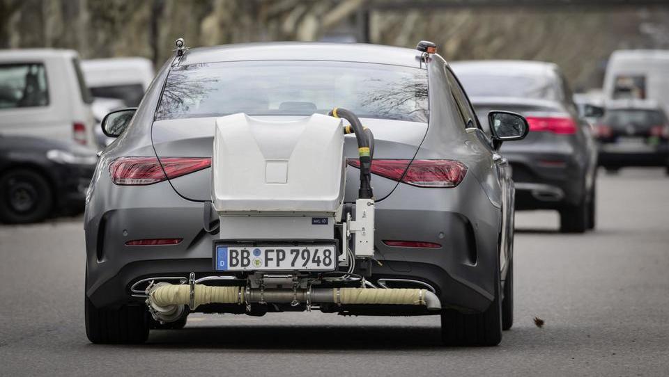 Novi okoljski pritiski na kupce avtov, slovenska vlada se ne zmeni za priporočila EU