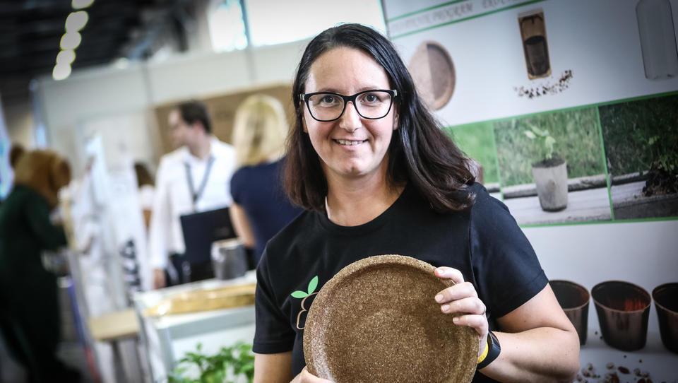 V Evegreenu razvijajo biorazgradljivo plastiko iz odpadne hrane in komaj dohajajo eksplozijo povpraševanja