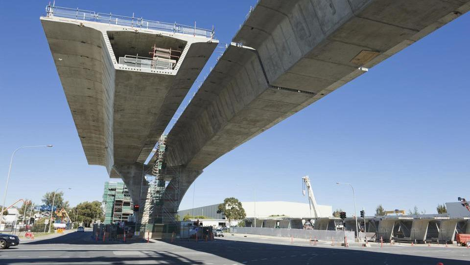 Preveč ohlapna gradbena zakonodaja znižuje varnost zahtevnih infrastrukturnih objektov