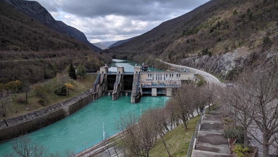 Polnjenje e-avtov: moč Hidroelektrarne Solkan le za štiri tesle
