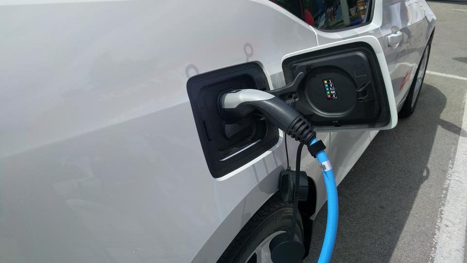 Polnjenje električnih avtov bo kmalu plačljivo - kdo bo zaračunaval in koliko?