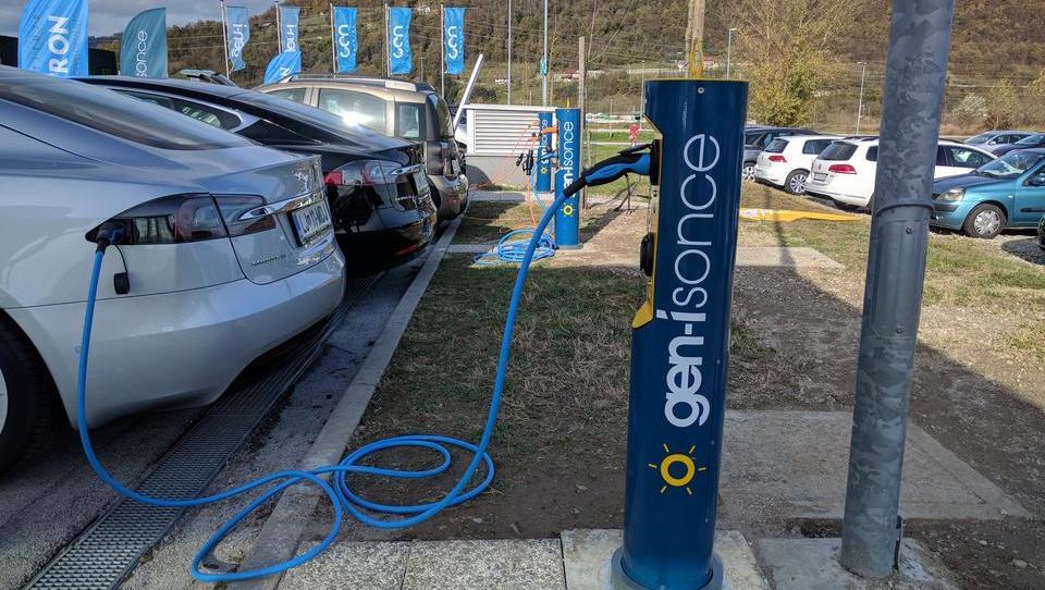 Tako bomo stanovalci blokov polnili e-avte brez izpadov elektrike