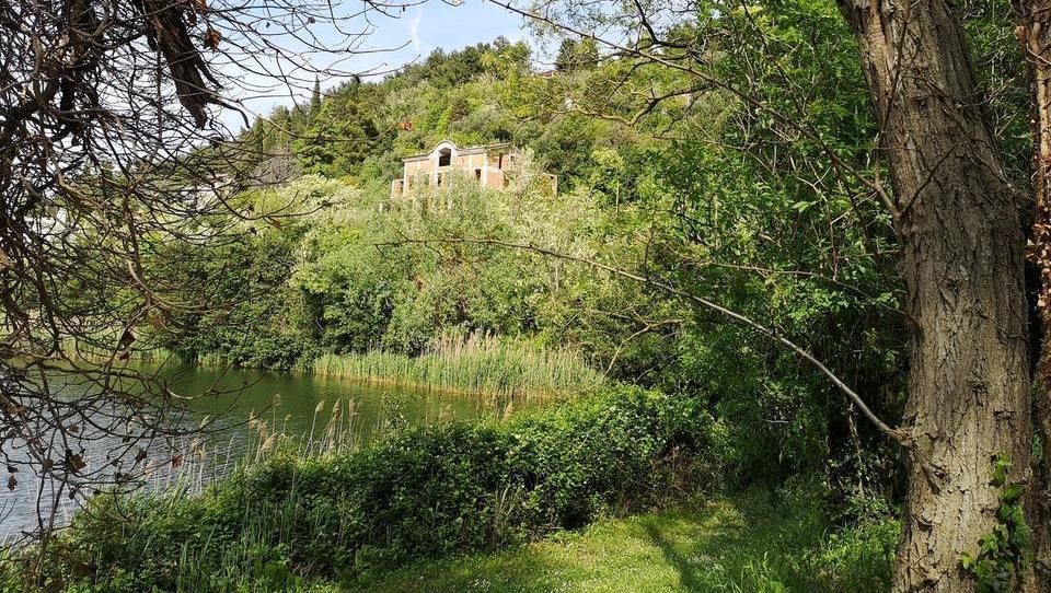 Dražbe v juniju: naprodaj 23 stanovanj, letala, apartma, zemljišča, turistični objekt v Fiesi …