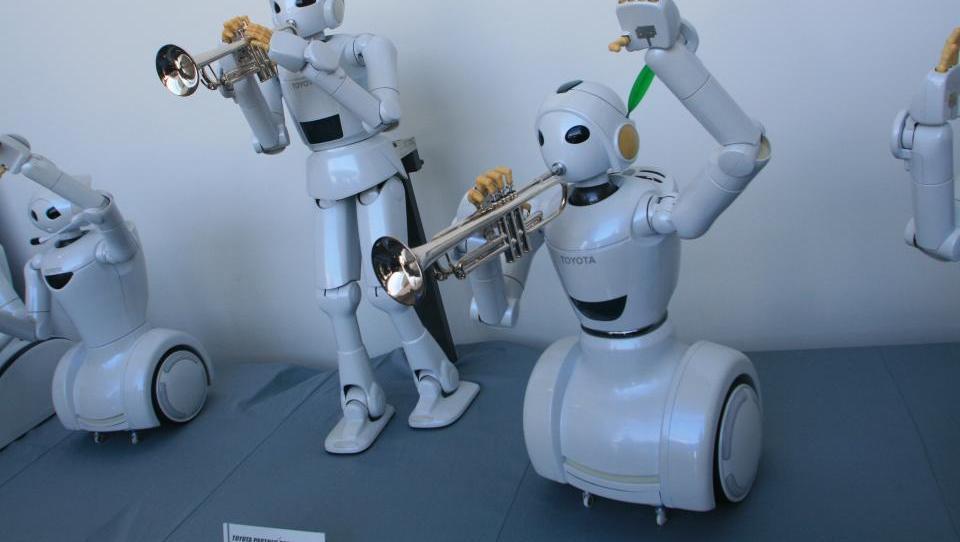 Roboti vam bodo zaigrali, pa tudi pomagali v posteljo