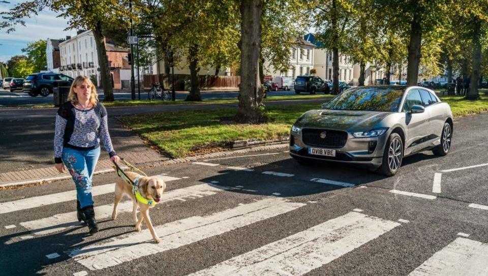 (Video) Električni avti bodo pešce opozarjali z rock in filmskimi melodijami