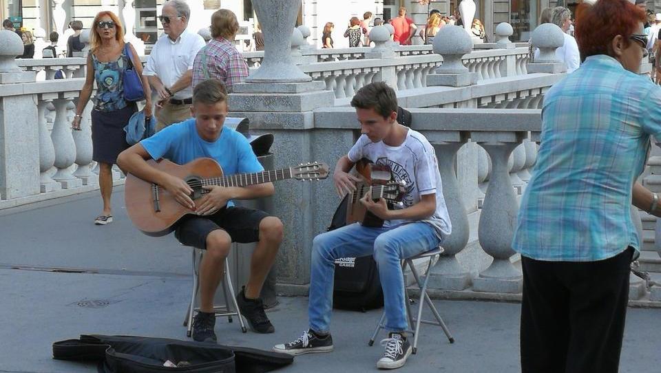 (mladi in denar) Najstniki, ki z igranjem na ulici služijo denar