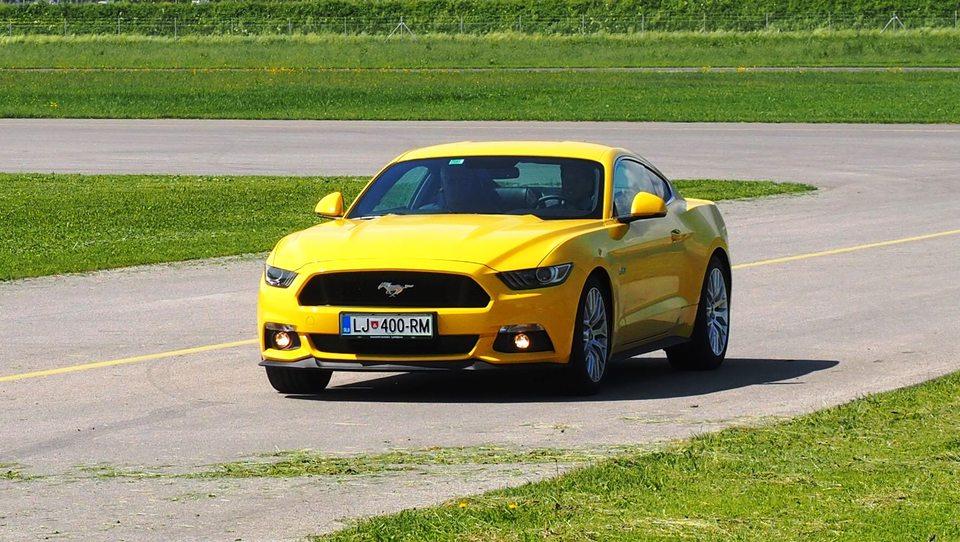 Fordova športna konjenica na slovenskem asfaltu