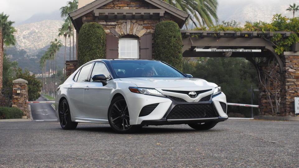 Toyota se v evropski srednji razred vrača z razkošnim camryjem
