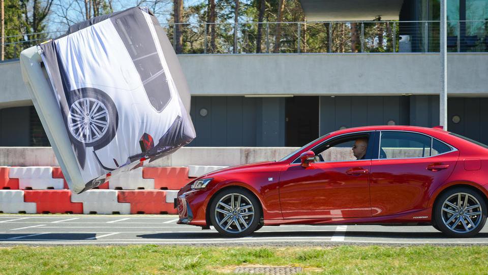 Leta 2020 vsi novi avtomobili s sistemom za samodejno zaviranje