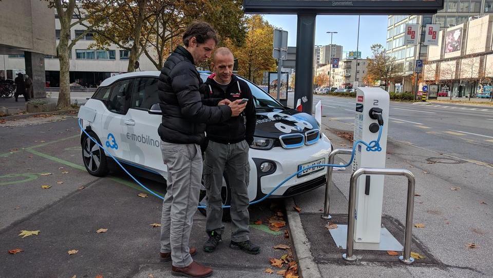 Z e-avti prihajajo tudi nove aplikacije, varčne stavbe...