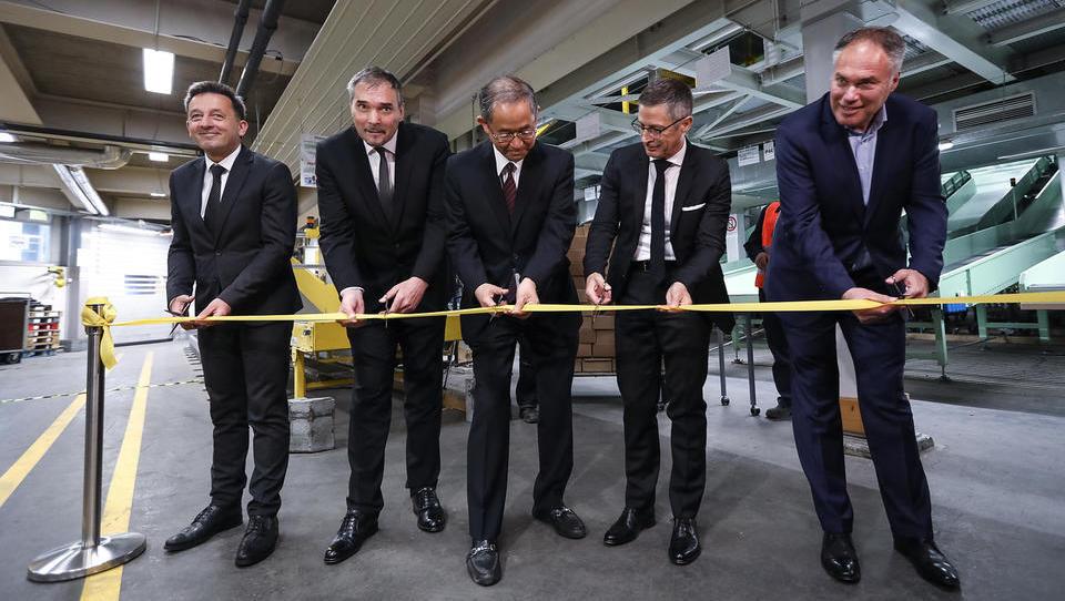 (fotogalerija) Na Pošti so namestili 300 ton japonske tehnologije, da bodo lahko stregli hitri rasti naših e-nakupov
