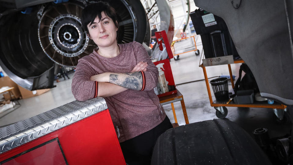 (Intervju) Kdo je edina ženska v hangarjih Adria Tehnike, ki