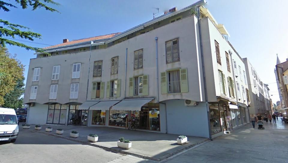 TOP dražbe: Stanovanja in hiše v Ljubljani in Mariboru; apartma na Hrvaškem; trgovina v Kopru