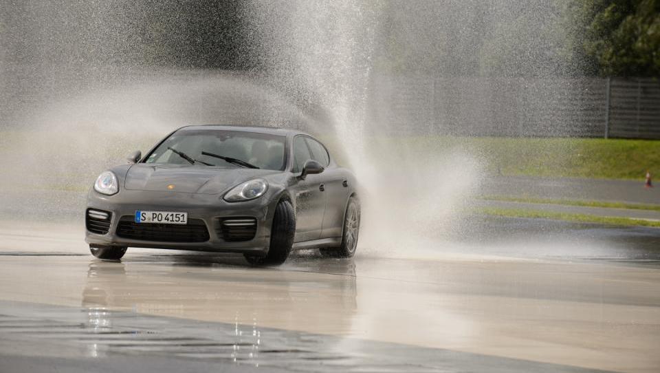 V kraljestvu čutil  s Porschejem