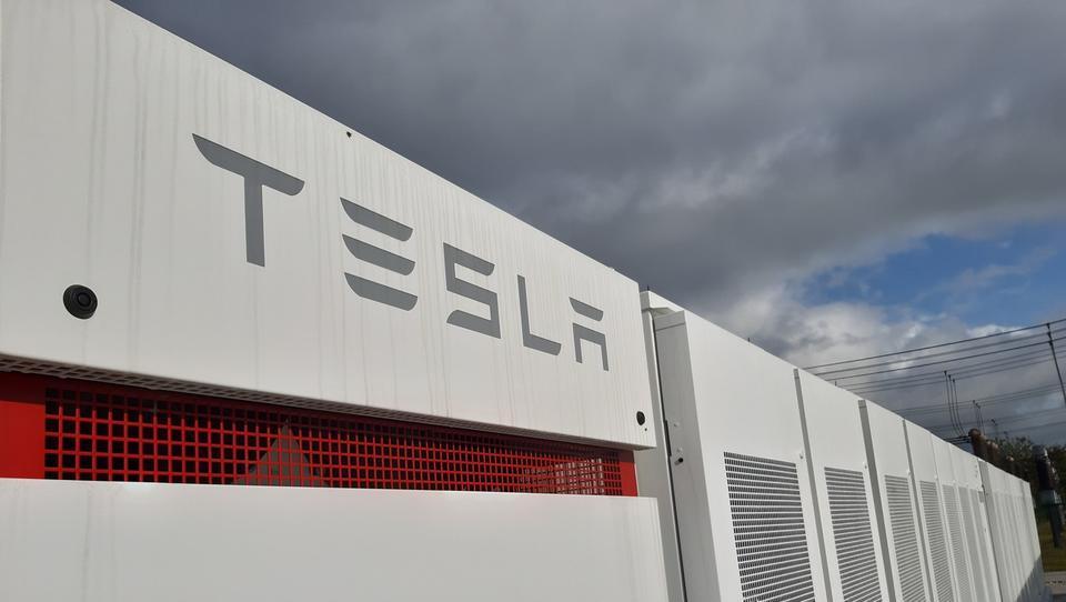 Tako Tesla pretresa trge elektrike in postaja energetska družba