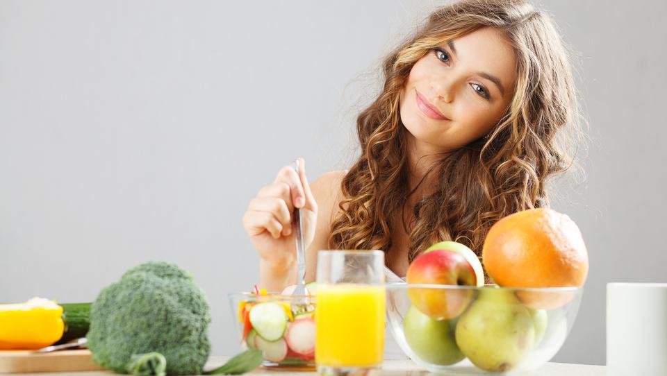 Veste, s katerimi vitamini boste tudi v vročini pokali od zdravja?