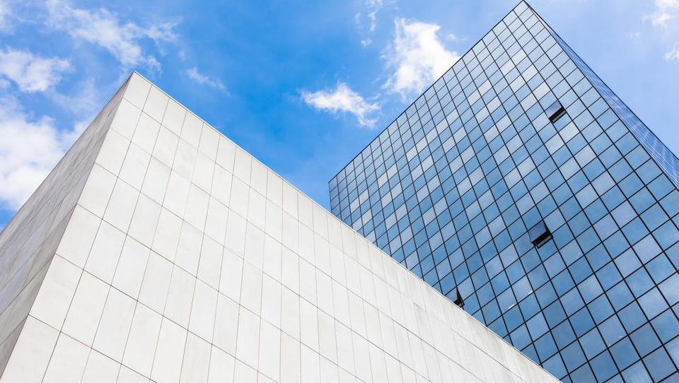 Poslovna priložnost: Dolgoročni donosi nepremičnin višji od delnic, nihanja vrednosti pa manjša
