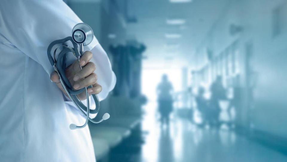 Kako do zdravstvenih informacij in zdravniške pomoči med dopustom v tujini?