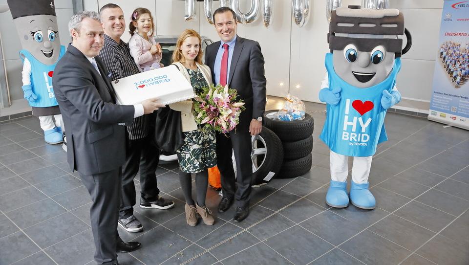 Ljubljančan nemški družini podaril jubilejni toyotin hibrid