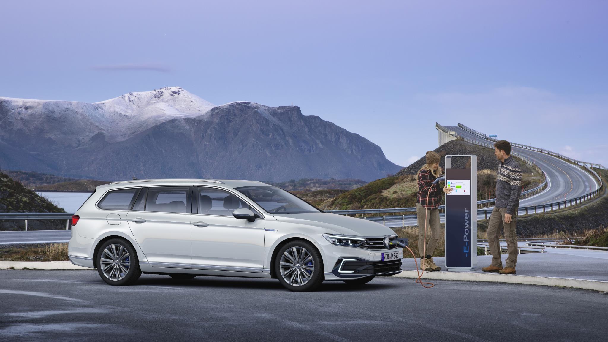 Novi VW passat – skoraj sam vozi do 210 na uro, vselej povezan s spletom