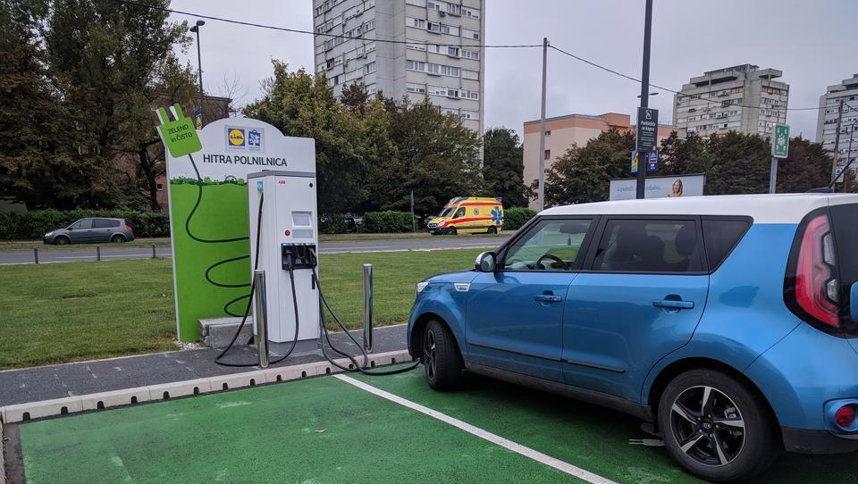 Evroposlanci podprli pospešeno razogljičenje avtov