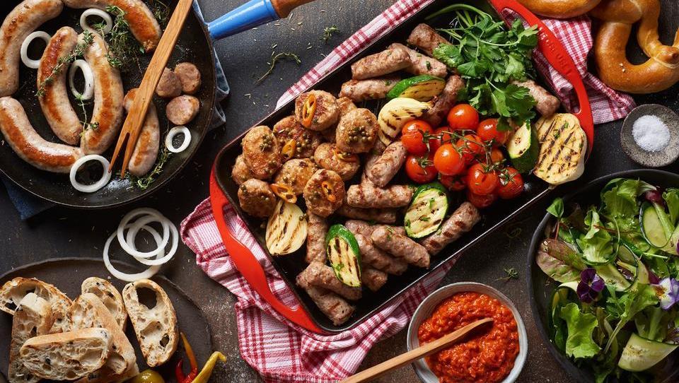 Razbijamo mite: vpliv rdečega mesa na zdravje oz. kaj dati na žar?