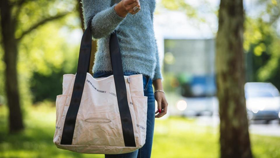 Kako na Vrhniki predelajo avtomobilsko zračno blazino v nakupovalno torbo