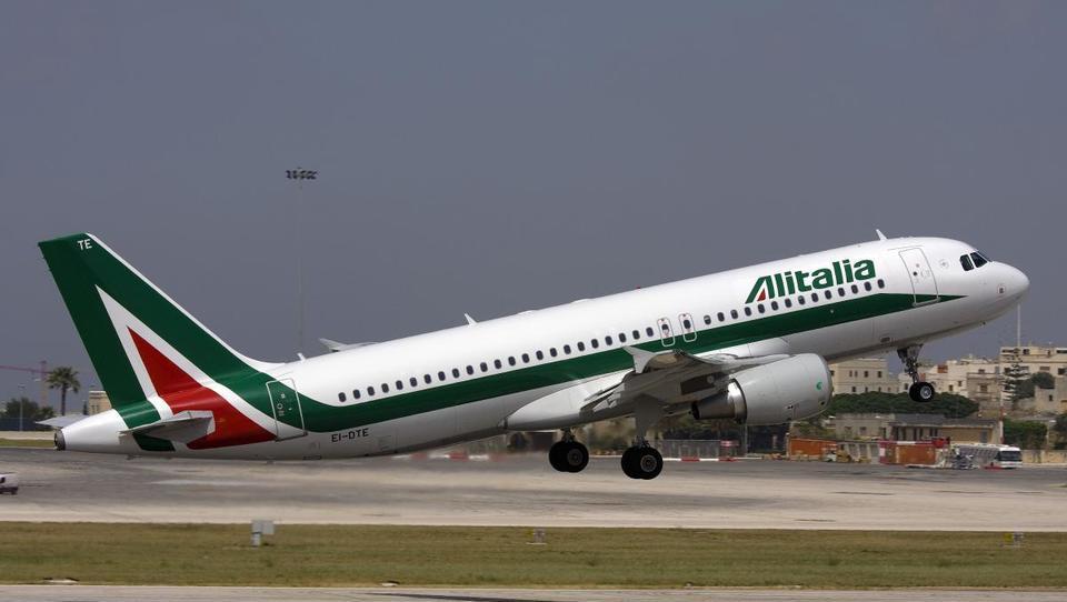 Italijanske državne železnice kupujejo Alitalio, ki je nabrala za 3,3 milijarde evrov dolgov