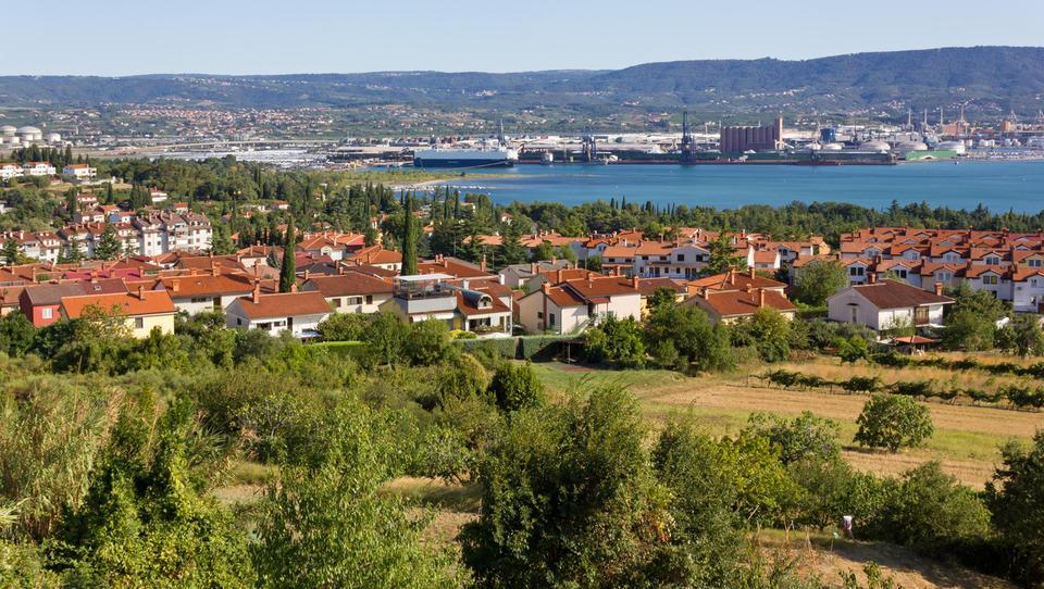 Spopad za zemljo v Ankaranu: 11 dražiteljev ceno poslalo v višave