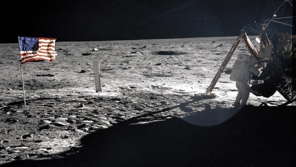 Pred natanko 50 leti Armstrong stopil na Luno