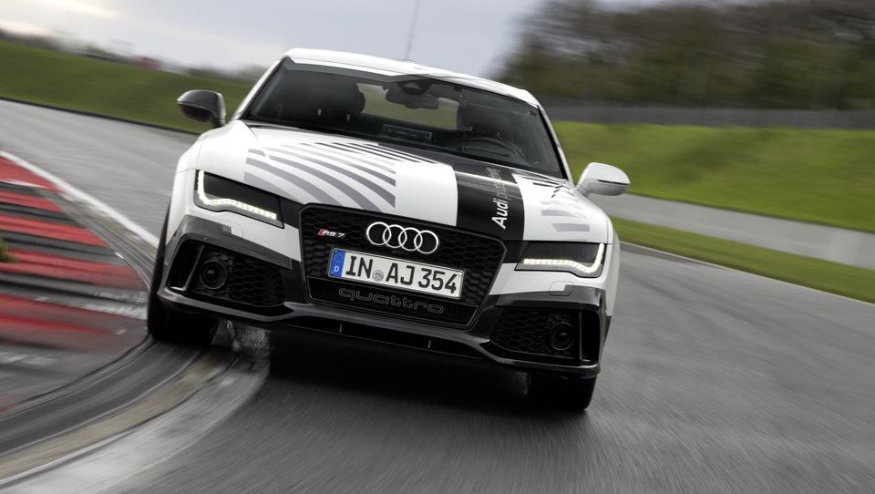 Audi brez voznika po dirkalni stezi