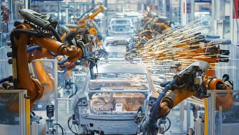 Dobavitelji strojev polno zasedeni, a zaskrbljeno pogledujejo proti Nemčiji