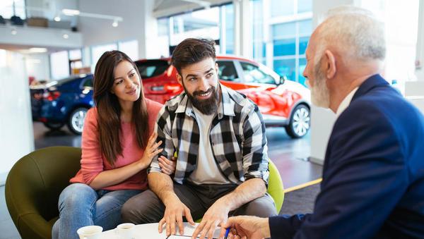 Slovenski potrošniki so slabše razpoloženi, a ostajajo optimistični glede nakupa avtomobila