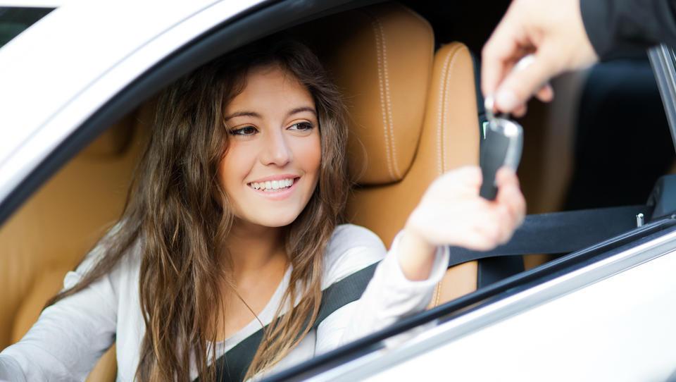 Prodaja avtomobilov po svetu upada, pri nas pa še kar raste