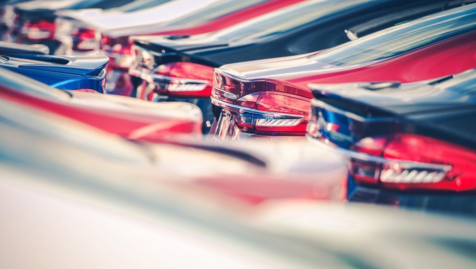 Avtomobilski trg v EU: kje je prodaja rasla, kje upadla in kako se zdaj godi dizlu