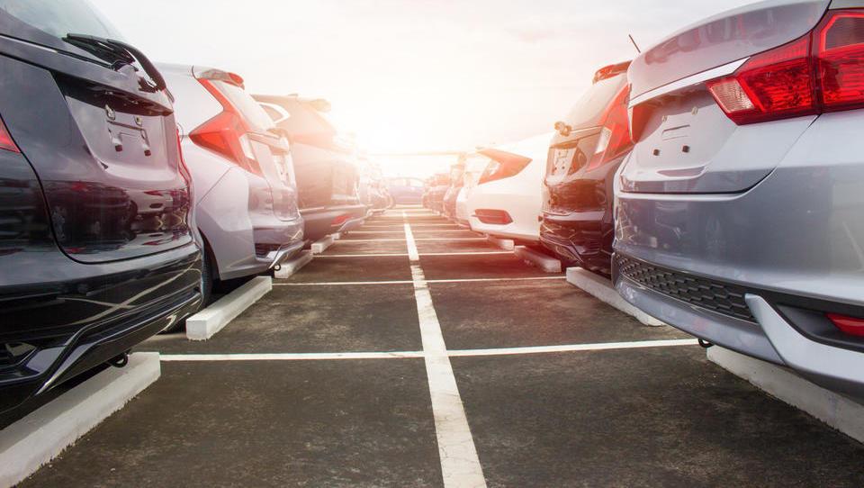 Prodaja novih avtomobilov v EU upadla četrti mesec zapored