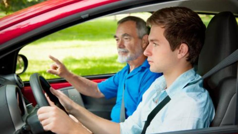 (ideja) Mladi, če začnete voziti avto pri 16, prihranite!