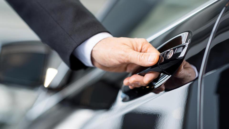 Pozor: Furs zaračunava davek na dvojne bonitete za službeni avto, če ga zamenjate za novega sredi meseca