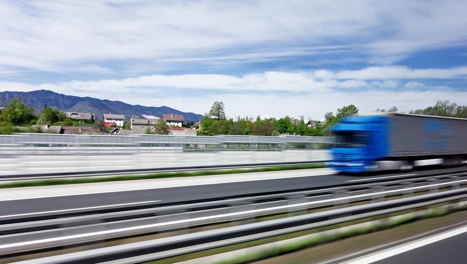 Prevoznike bodo s 1. januarjem udarili prvi računi za drugi tir, plačevali jih bodo 35 let