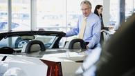 Tovarne bi avte prodajale mladim, posel pa jim rešujejo starejši kupci
